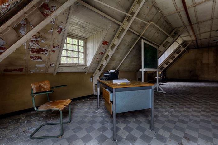 Зал, гдераньше проходило обучение детей. Фото: Vacant Photography.