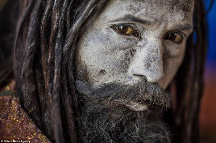 Мрачный жрец, поклоняющийся индуистскому богу Шиве. Автор фото: Cristiano Ostinelli.