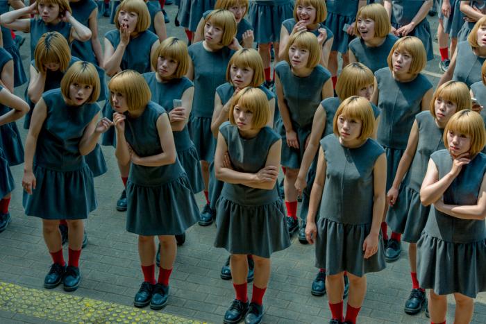 Толпа. Фото-проект «Monodramatic». Автор фото: Daisuke Takakura.
