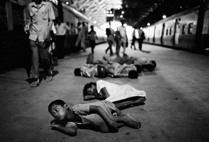 Проникновенный снимок. Фото-проект «Бездомные дети Бомбея». Автор фото: Дарио Митидиери (Dario Mitidieri).