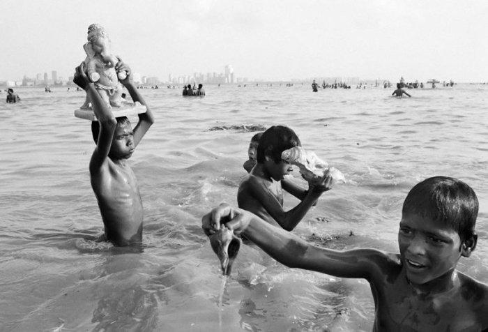 Жизнь - странная штука. Фото-проект «Бездомные дети Бомбея». Автор фото: Дарио Митидиери (Dario Mitidieri).