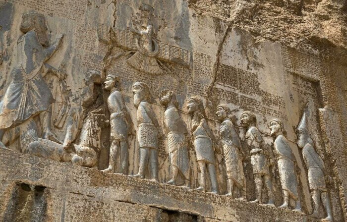 Барельеф победы Дария, Бехистунская надпись, ок. 522-486 до н. э. \ Фото: twitter.com.