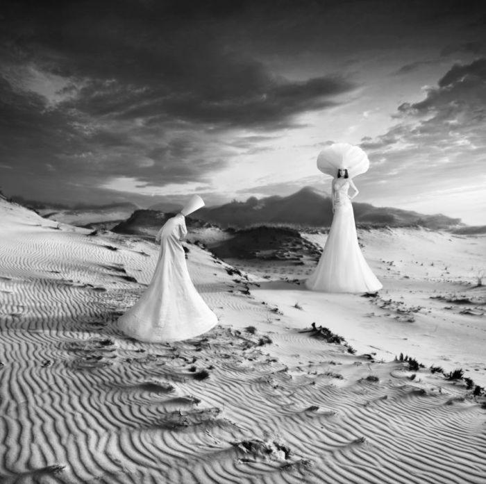Люди в белых одеждах. Автор: Dariusz Klimczak.