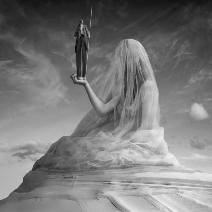 В тени белой вуали. Автор: Dariusz Klimczak.