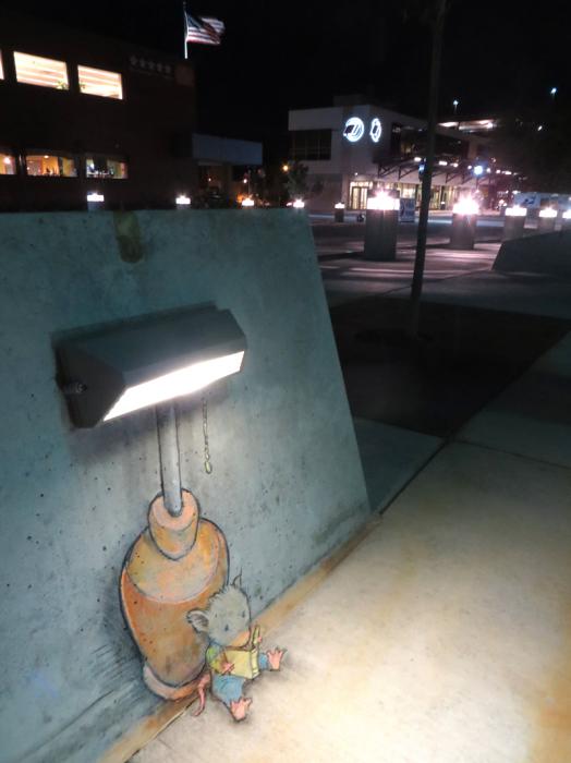 В свете ночных фонарей.