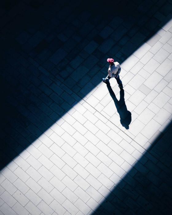 Между чёрным и белым. Автор Demas Rusli.
