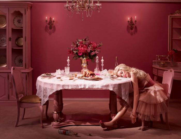 Тот самый момент, когда муж так и не пришёл ни на ужин, ни домой. Автор: Dina Goldstein.