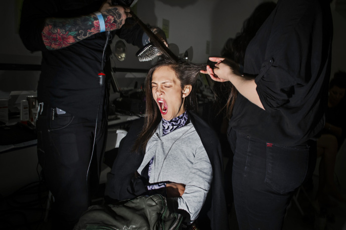 Модель зевает, пока готовится к модному показу Rodarte . Весна 2013 г. Нью-Йорк. Автор фото: Dina Litovsky.
