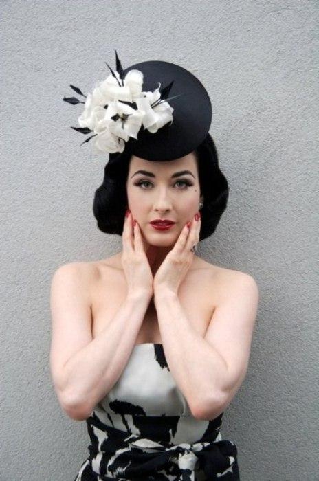 Dita Von Teese знает, как правильно носить винтажные шляпки.