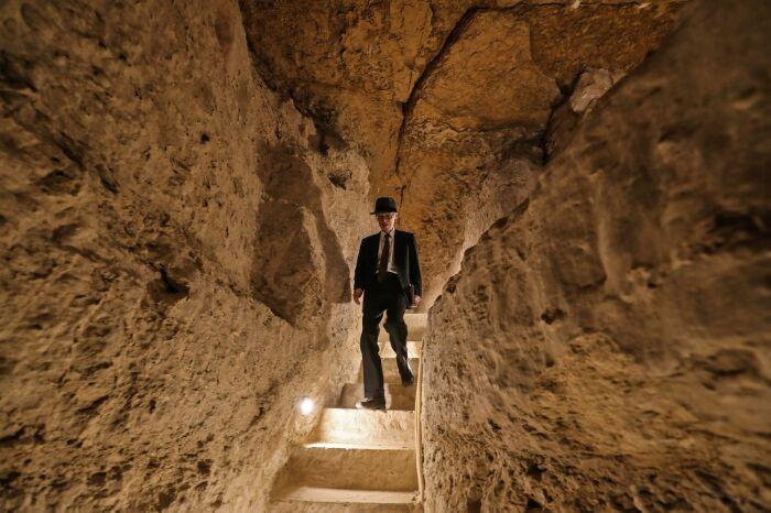 Турист прогуливается внутри недавно отреставрированной пирамиды Джосера. \ Фото: houseandgarden.co.uk.