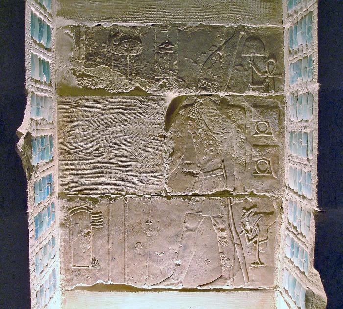 Рельеф Джосера, обращённый к храму Гора из Бехедета, пирамида Джосера. \ Фото: pinterest.com.