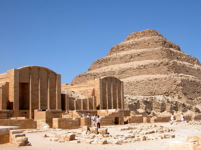 Ступенчатая пирамида в Саккаре — древнейшее из сохранившихся в мире крупных каменных зданий. \ Фото: gs.ctrip.com.
