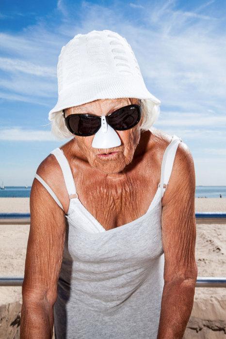 91-летняя старушка делает упражнения, которые выглядят посложнее тех что делает молодежь. Автор: Donato Di Camillo.
