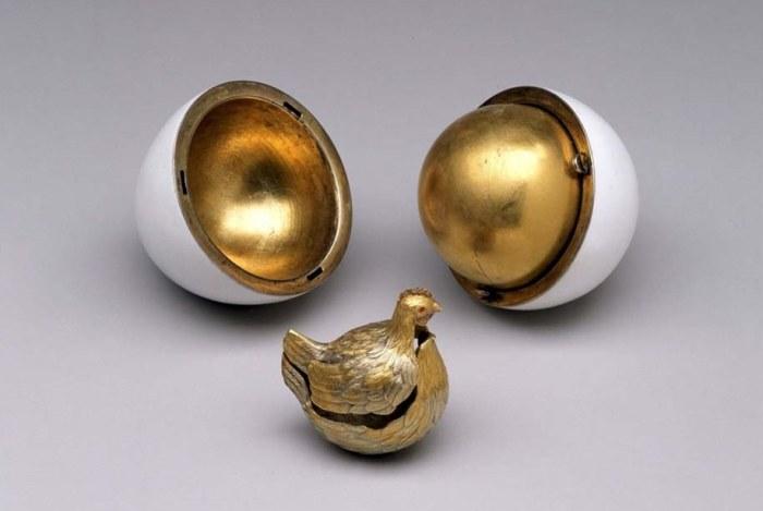 Золотая курочка  в золотом яйце. | Фото: jewellerymag.ru.
