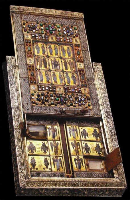 Лимбургский Ставротеке, чрезвычайно богато украшенный реликварий, заказанный Василием Лакапин, указывающий на его огромное богатство и влияние. \ Фото: twitter.com.