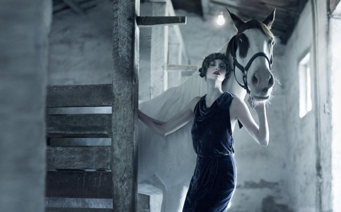 Девушка с лошадью. Автор: Erik Almas.