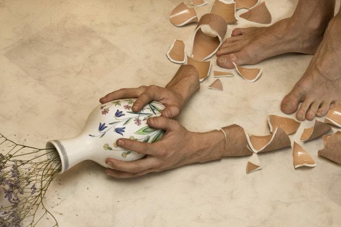 Руки, которые рабили вазу. Автор: Erik Johansson.