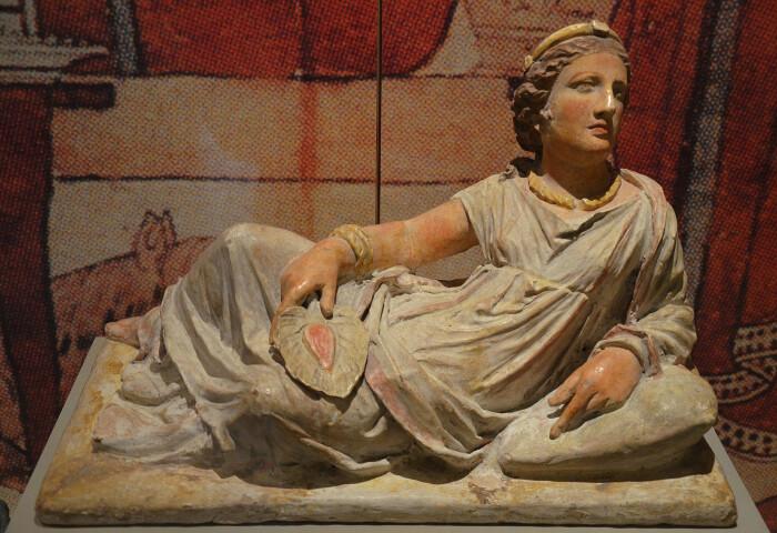 Крышка этрусской погребальной урны с изображением её обитателя. Расписная терракота Кьюзи, 150-120 до н. э. (Badisches Landesmuseum Karlsruhe, Германия). \ Фото: ancient.eu.