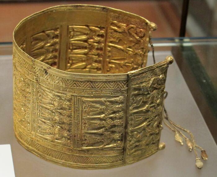 Золотой браслет из гробницы  в этрусском Черветери, Италия. \ Фото: pinterest.com.