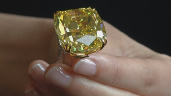 Кольцо с ярко-жёлтым бриллиантом. \ Фото: youtube.com.