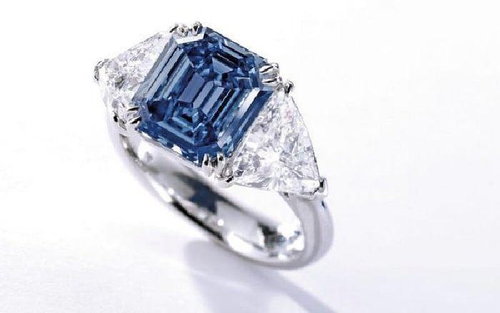 Роскошное кольцо с голубым бриллиантом. \ Фото: google.ru.