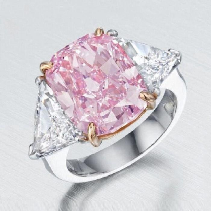 Кольцо с ярко-розовым бриллиантом. \ Фото: jewellerymag.ru.