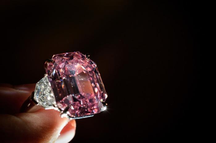 Роскошное кольцо с розовым бриллиантом. \ Фото: timeslive.co.za.