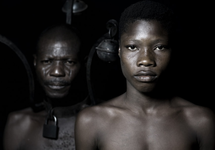 Металлический воротник наказания. Автор работ: Фабрис Монтейро (Fabrice Monteiro).