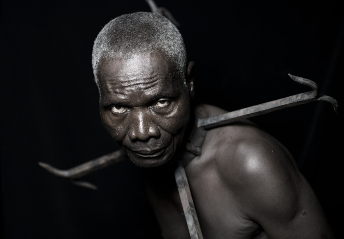 Металлический ошейник, который надевали на раба, в случае дальней перевозки.  Автор работ: Фабрис Монтейро (Fabrice Monteiro).