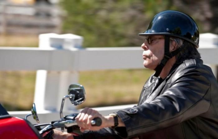 Он боится летать, поэтому ездит на мотоцикле. \ Фото: film.ru.