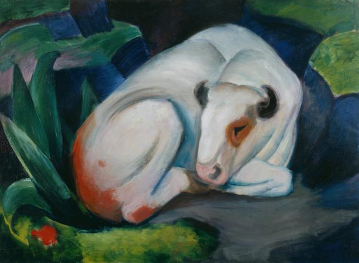 Белый бык отдыхает в лесу. \ Фото: pixels.com.