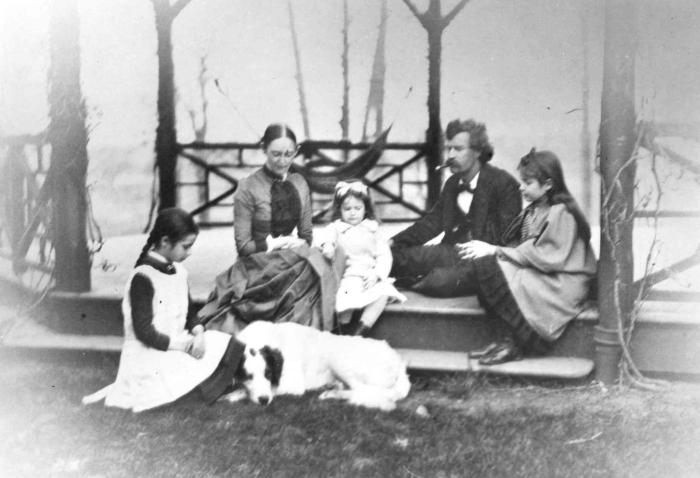 Семья Клеменс на крыльце. Слева направо: Клара, Оливия Лэнгдон Клеменс, Жан, Сэмюэл Клеменс (Марк Твен) и Сьюзи. \ Фото: buffalonews.cps.