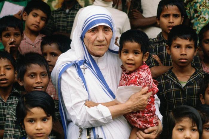 Мать Тереза с детьми. \ Фото: dowym.com.