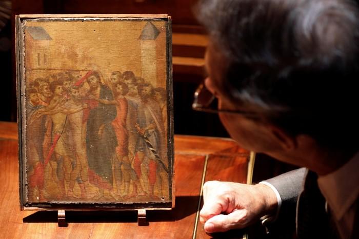 Эксперт по искусству Эрик Туркин осматривает картину Чимабуэ. \ Фото: washingtonpost.com.