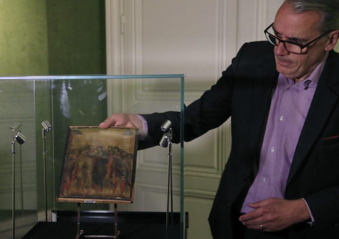 Искусствовед Стефан Пинта и картина Чимабуэ, написанная в XIII веке. \ Фото: google.com.