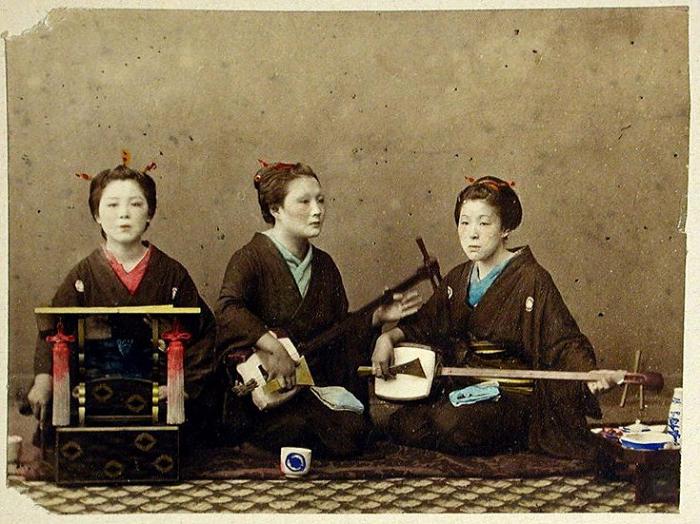 Гейши, играющие на традиционных японских инструментах. Цветные фотографии Японии 1865 года. Автор фото: Felice Beato.