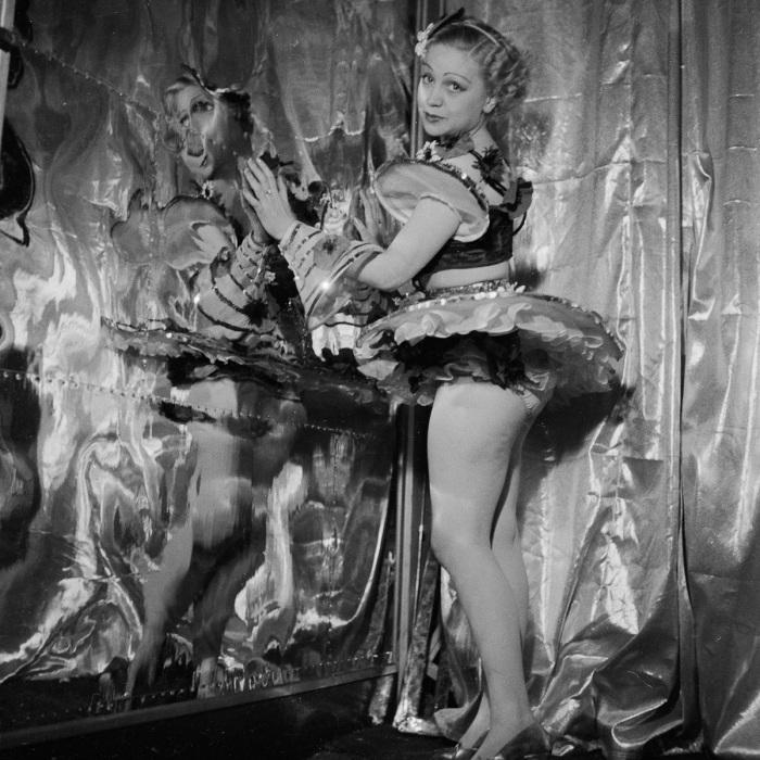 Одна из танцовщиц. Shou Girls, или зрелищные постановки с полуобнажёнными девицами в кабаре «Фоли-Бержер», 1918 - 1937 гг.