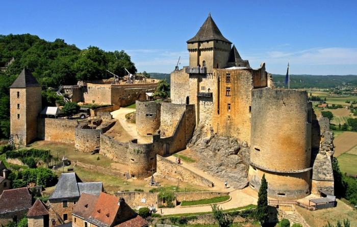 Замок Кастельно (Шато де Кастельно) расположен над левым берегом тихой речки Дордонь.