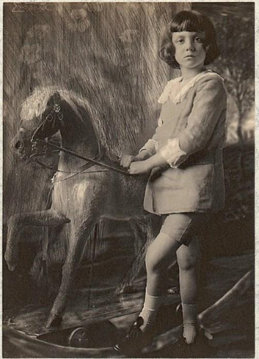 Принц Леопольд и его деревянная лошадка, 1900 год. Автор: Frank Eugene.
