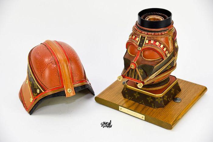 В это трудно поверить, но эти скульптуры персонажей культовой саги выполнены из старых сумок и саквояжей бренда Луи Витон. Автор: Gabriel Dishaw.