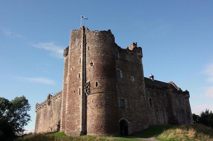 Винтерфелл – родовой замок Старков: Замок Дун в области Стерлинг, Шотландия.