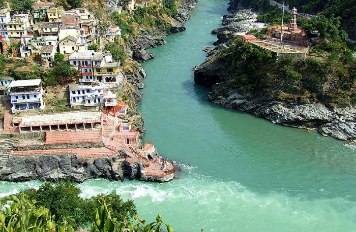 Слияние рек Бхагиратхи и Алакнанда в Девпраяг, образовали Ганг. \ Фото: rajputnidhi.blogspot.com.