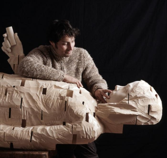 Гехард Деметц и его деревянное творение.