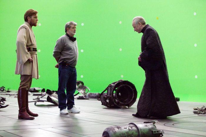 Юэн Макгрегор, Джордж Лукас и Иен Макдермид на фото со съемок «Звездные войны: Эпизод 3 - Месть Ситхов». \ Фото: cbr.com.