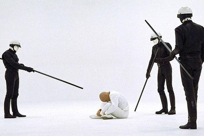 Первая работа Лукаса: Депрессивная авангардная антиутопия «THX 1138». \ Фото: pinterest.com.