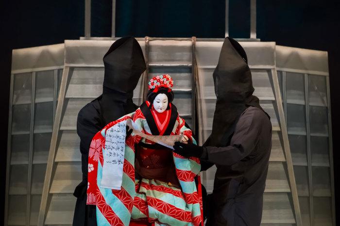 Бунраку, также известно как Нингё дзёрури — традиционная форма кукольного японского театра. \ Фото: britannica.com.