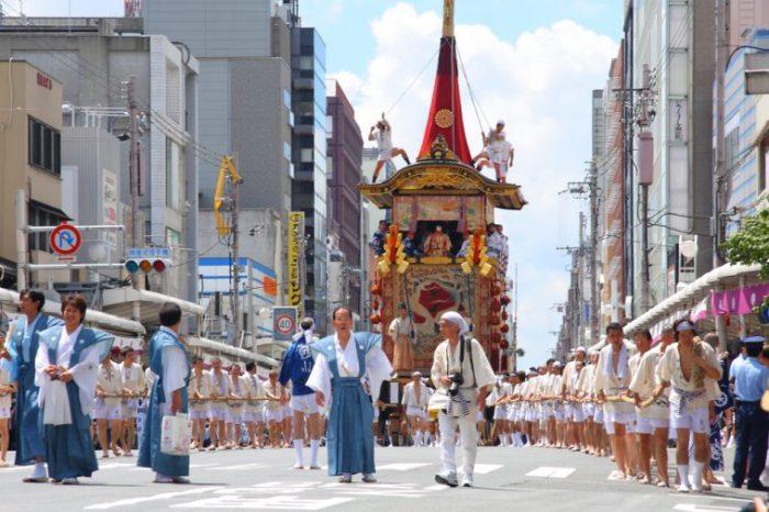 Красочное шествие. \ Фото: travel-kyoto-maiko.com.