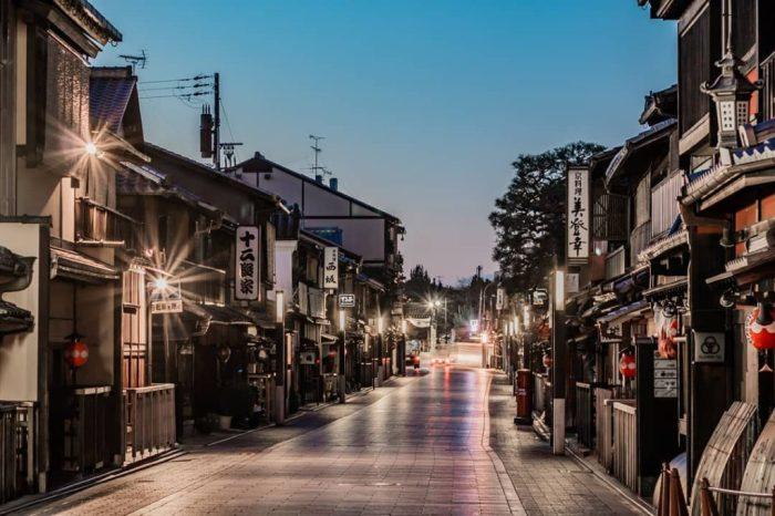Путь лепестка: Улица Ханамикодзи. \ Фото: jpn-wabisabi.com.