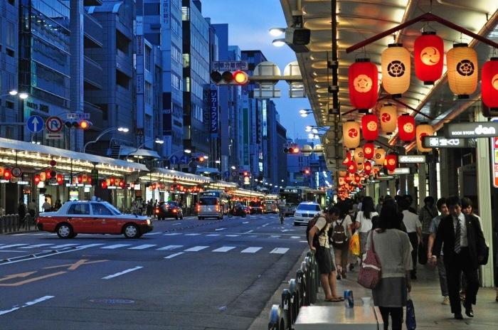 Улица Сидзё Дори. \ Фото: cwfoodtravel.blogspot.com.