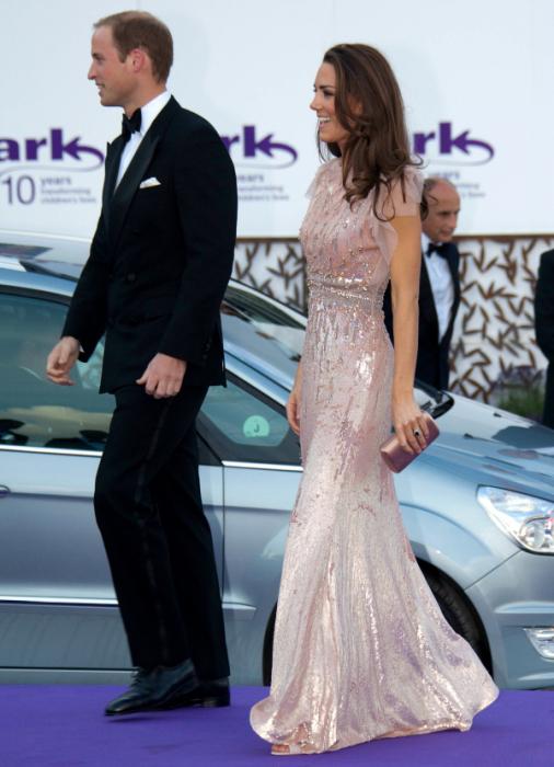 То самое розовое платье, в котором Герцогиня Кембриджская появилась дважды, июнь 2011 год и 2016 год. \ Фото: katemiddletonstyle.org.